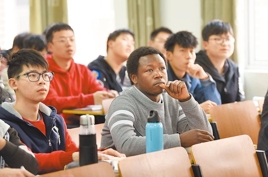 3月14日,湖南農業大學的研究生在上課。(新華社)