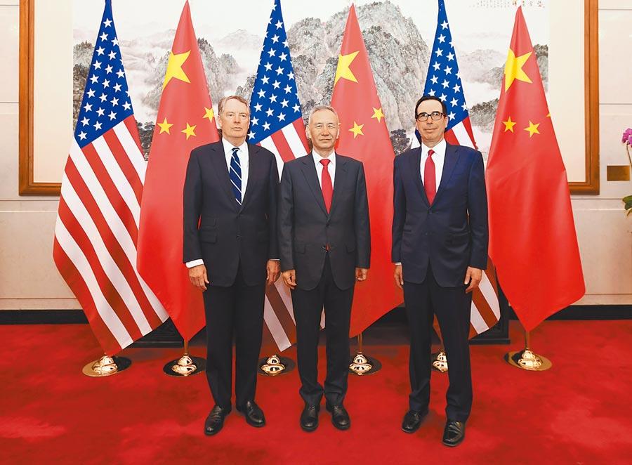 2019年3月29日,第八輪中美經貿高級別磋商在北京舉行。圖為中共中央政治局委員、國務院副總理劉鶴(中)與美國貿易代表萊特希澤(左)、財政部長努欽(右)。(新華社)