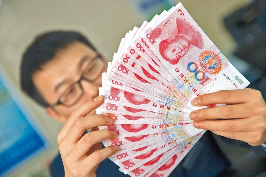 山西太原銀行工作人員在清點人民幣。(中新社資料照片)