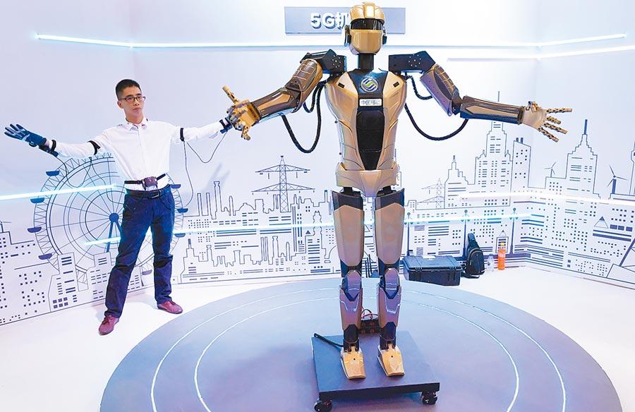 民眾體驗操控5G機器人。(新華社資料照片)