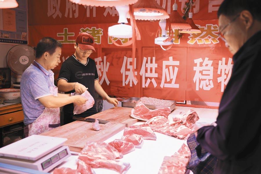 9月9日,蘭州市惠民肉食耿家莊店內,顧客正在購買豬肉。(新華社)