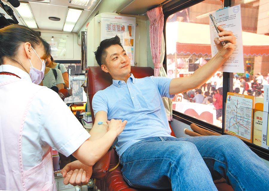 國民黨立委蔣萬安(右)參加捐血活動。(本報系記者陳信翰攝)