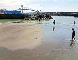 枋寮漁港淤積成沙洲 漁會建議堤岸外延