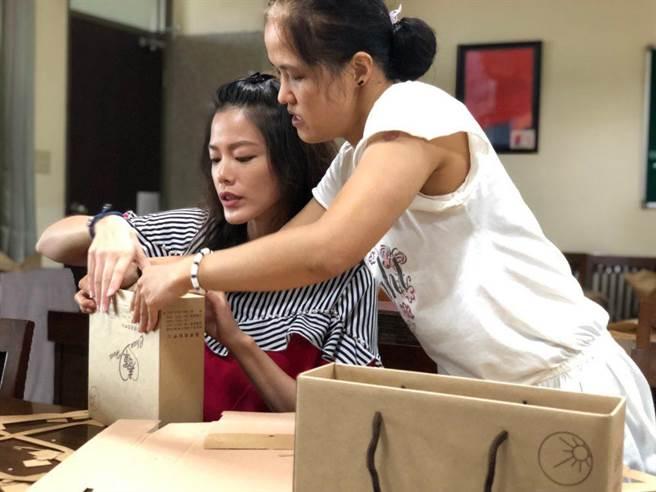 陳翊萱(左)學習組裝中秋禮盒。(艾迪昇提供)