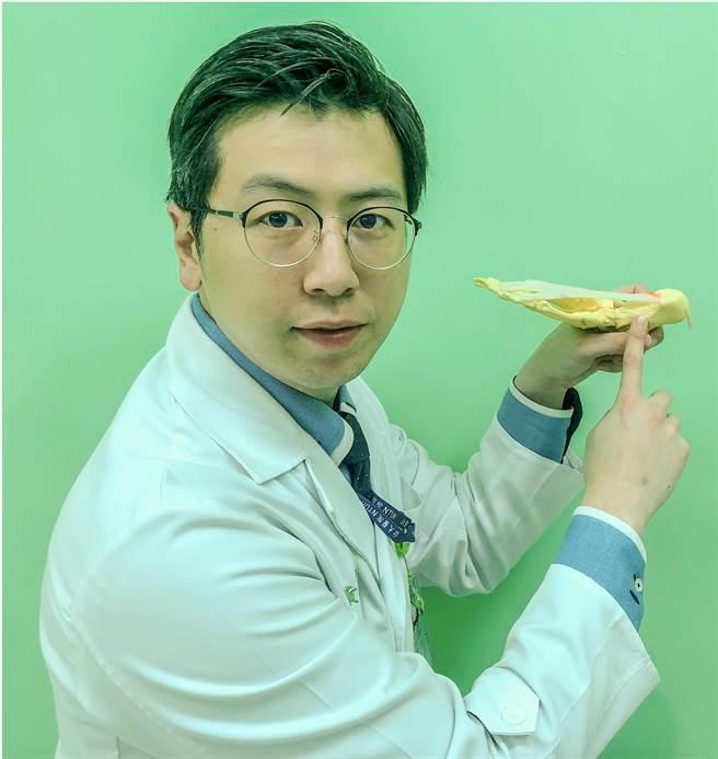 黃鼎鈞醫師指出足底筋膜炎病灶所在。(台大醫院竹東分院提供/羅浚濱新竹傳真)。