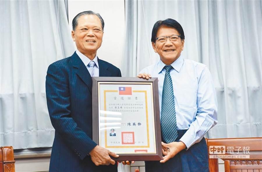 屏東縣長潘孟安(右)在這放榜單中名列第一 (圖/本報資料照)