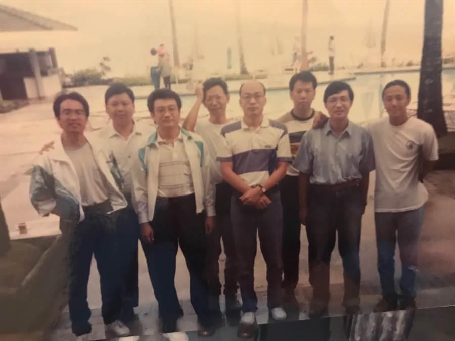 黃鴻鈞、韓國瑜和幾位好友去帛琉渡假合影。(照片/黃鴻鈞 提供)