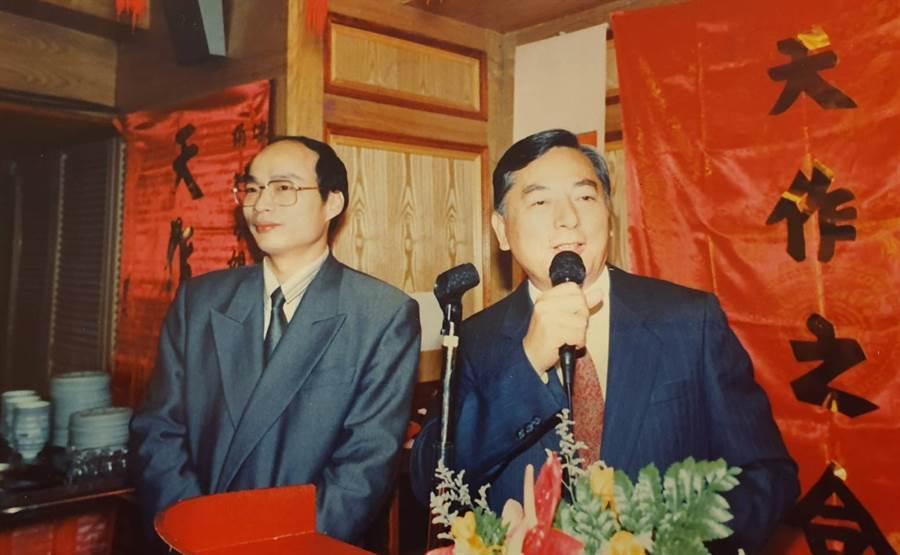 韓國瑜擔任黃鴻鈞婚禮司儀,右為時任台北市長黃大洲。(照片/黃鴻鈞 提供)