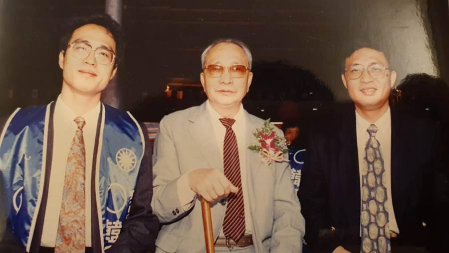 韓國瑜最後一次競選立法委員時,黃鴻鈞為韓站台輔選,中間為韓的父親。(照片/黃鴻鈞 提供)
