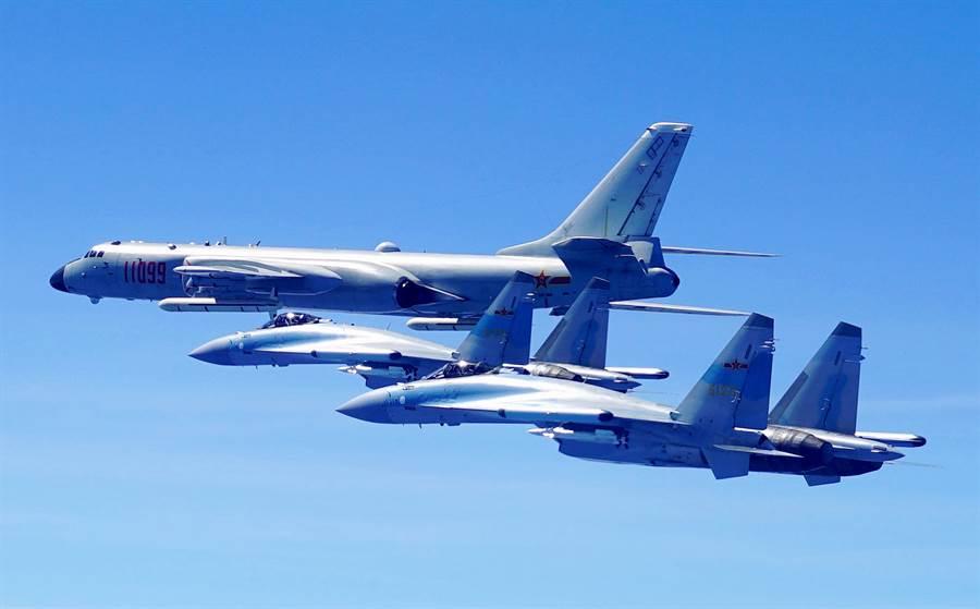 解放軍蘇-35與轟-6K戰機編隊2018年5月11日雙向繞島巡航的資料照。(新華社)