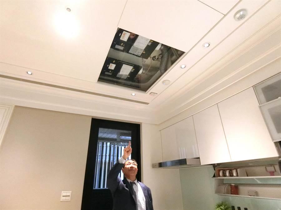 「順天硯山行」業務總監蘇興民表示,採用日本Tornex醫療等級的外氣清淨機,讓住戶從內而外享有優質空氣品質,為住戶健康把關。(盧金足攝)