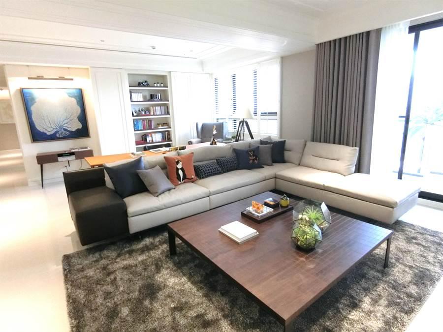 「硯山行」的豪宅氣度,讓不少潛在客戶現場下訂購屋。(盧金足攝)