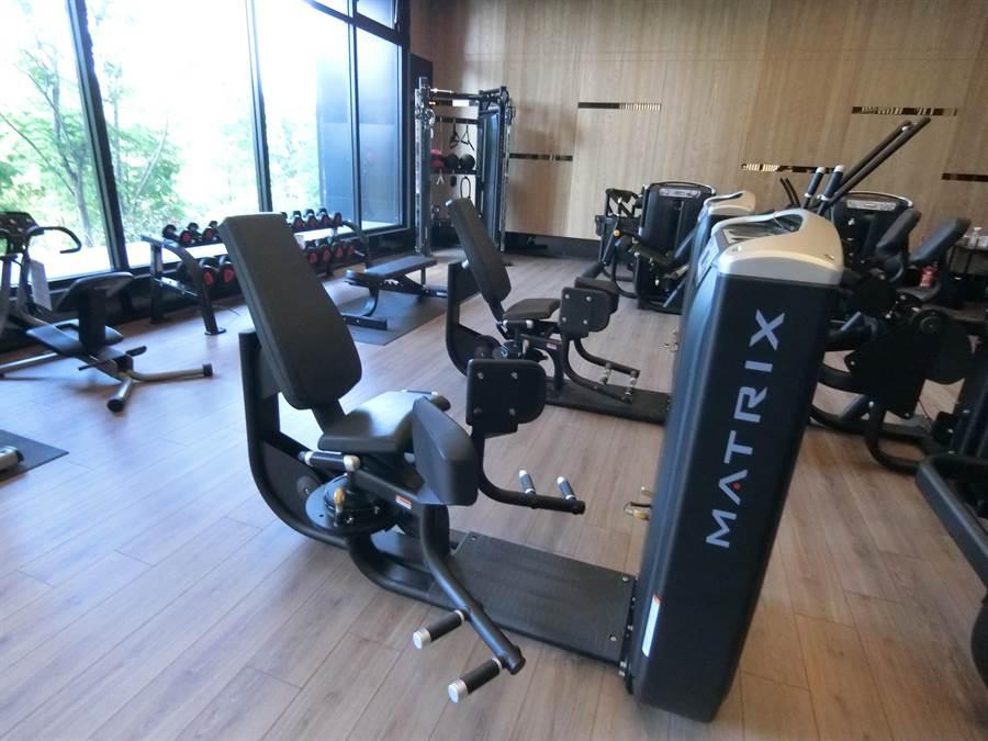 運動風興起,採用頂級配備的健身房,面對滿眼綠意運動,為健康加分。(盧金足攝)