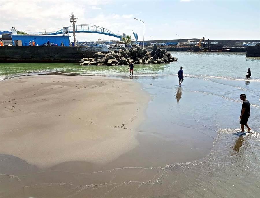 枋寮漁港淤積嚴重,退潮時甚至人都可以走在上面,現在只有小船能出入港口,航行時也只能緊靠岸邊行駛,不能走航道。(潘建志攝)