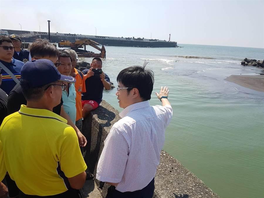 枋寮漁港淤積嚴重,漁業署及縣府官員前往漁港現勘。(潘建志攝)