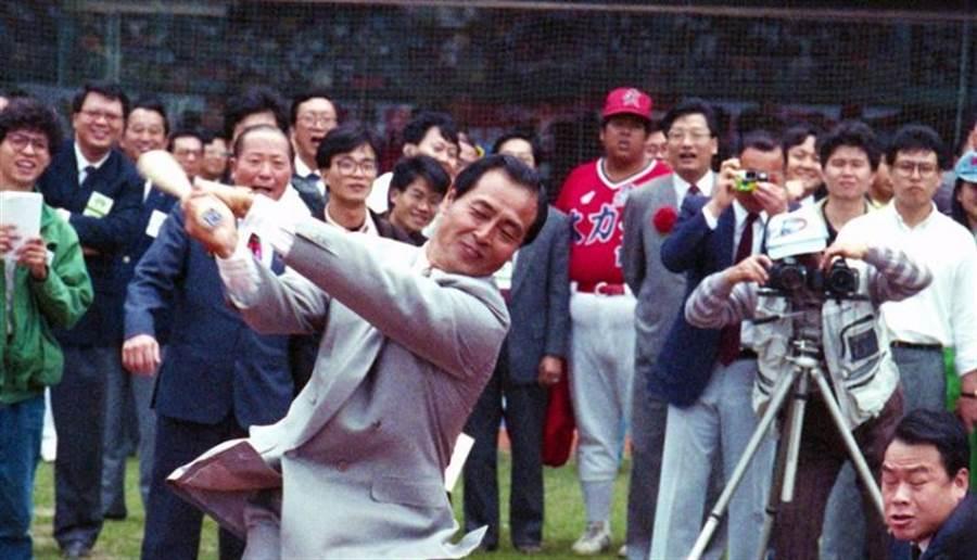 1990年3月17日 中華職業棒球聯盟開打,王貞治開球,唐盼盼擔任捕手。(本報資料照片)