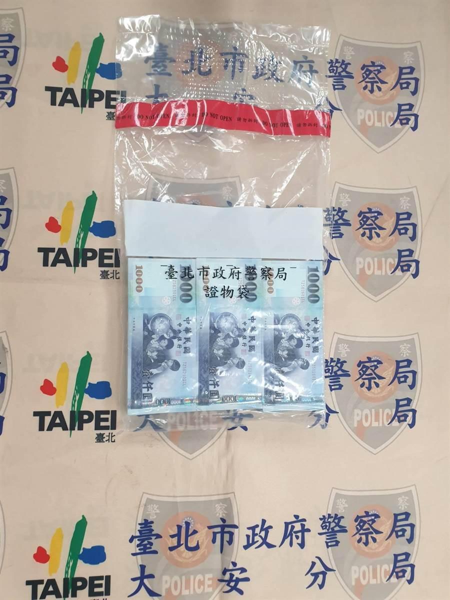 警方逮獲張姓竊賊,起出尚未花完的贓款約60萬元。(翻攝招牌/林郁平台北傳真)