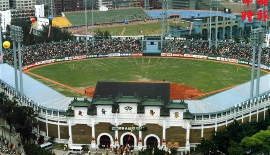 1990年3月17日中華職業棒球聯盟在台北市立棒球場熱鬧開打。(本報資料照片)