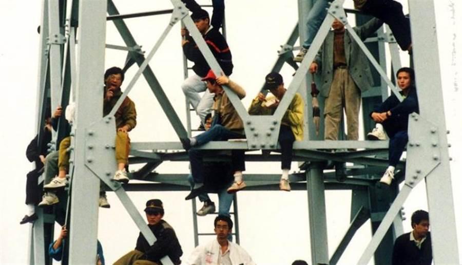 買不到票的瘋狂球迷,竟然不顧自己生命的危險,登上體育場數十公尺高的燈架上看球。(本報資料照片)