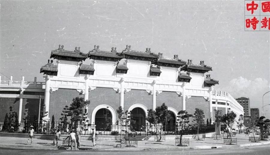 座落在南京東路和敦化北路口的台北市立棒球場,是為了省運會而興建,最大的特色就是有著三道拱門入口的宮殿式牌樓正門。(本報資料照片)