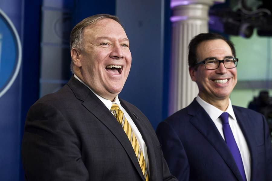 關於波頓去職後的接任人選,川普團隊正討論讓波頓的對手、國務卿蓬佩奧接任國安顧問一職。圖為國務卿蓬佩奧和財政部長梅努欽對於波頓遭炒,笑得樂開懷。(圖/美聯社)