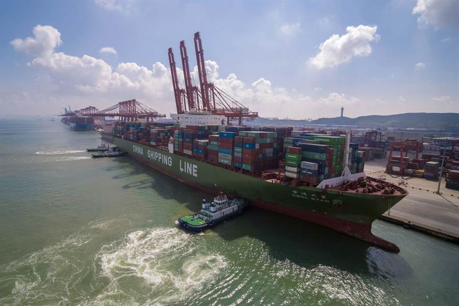 貨櫃船正在大陸青島港裝載。(圖/美聯社)