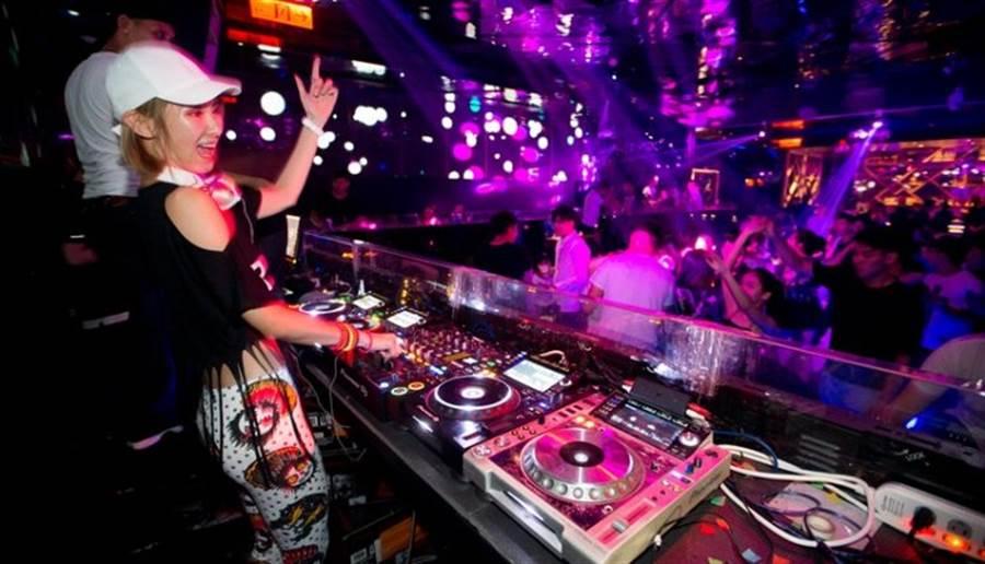 變身夜店DJ的容筱希,隨著音樂節奏搖擺。(陳信翰攝)