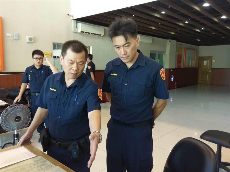 基隆市議會副議長林沛祥(右)換上帥氣警察制服,體驗一日警察工作。(警方提供/許家寧基隆傳真)