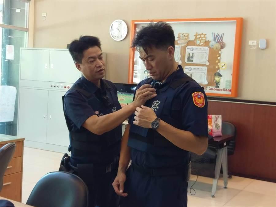 林沛祥穿上防彈衣,了解警方裝備與需求。(警方提供/許家寧基隆傳真)