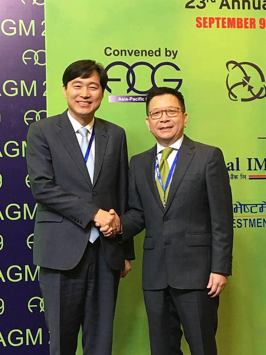 第23屆亞太地區集保組織年會(ACG)今年於尼泊爾舉辦,集保董事長林修銘(右)高票當選ACG副主席,並擔任世界集保組織(WFC)董事會成員,將與國際組織更深化合作,進一步提升台灣國際能見度。(圖/集保結算所)