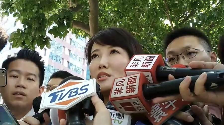 鴻海集團創辦人郭台銘發言人蔡沁瑜12日受訪時,宣讀郭台銘的聲明,宣布即日起郭台銘退出中國國民黨。(圖/劉宗龍攝)
