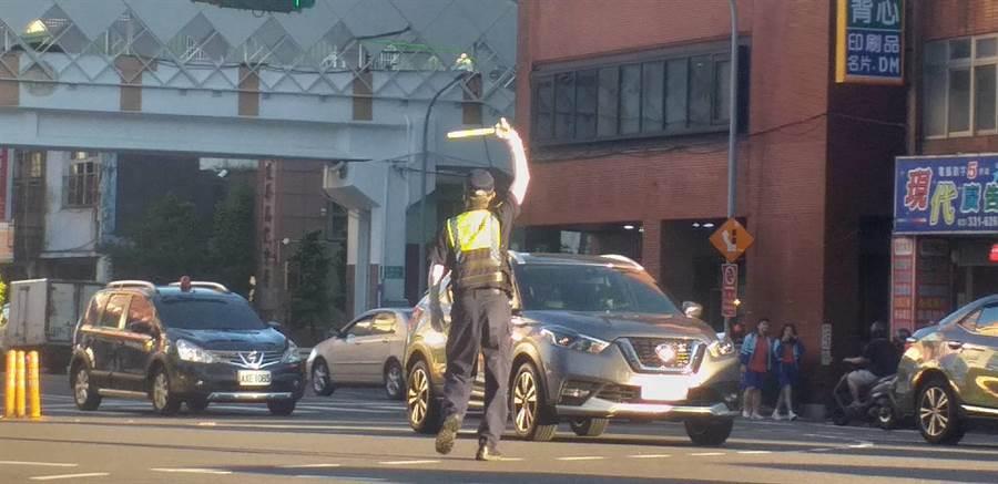 中秋連續假期為保持道路暢通,桃園警察分局提醒民眾,將派專責巡邏警力,加強違規停車驅離。(桃園警分局提供/蔡依珍桃園傳真)