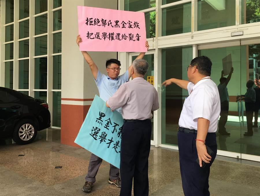 戴兆華抗議郭蔡美英遞補市議員。(甘嘉雯攝)