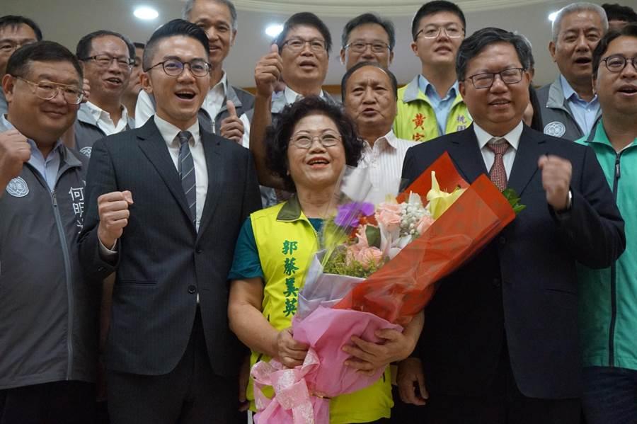 郭蔡美英(中)遞補市議員,桃園市長鄭文燦(右)到場祝賀。(甘嘉雯攝)