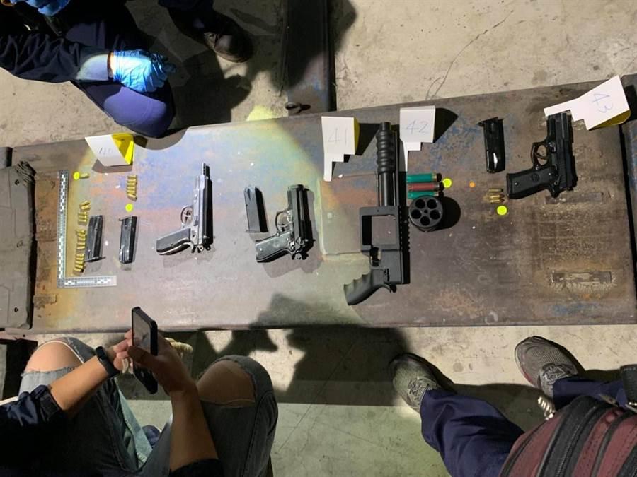 新竹一名謝姓男子常年擁槍自重,龍潭分局警方布線逮人,起初大批槍枝。(翻攝畫面/邱立雅桃園傳真)