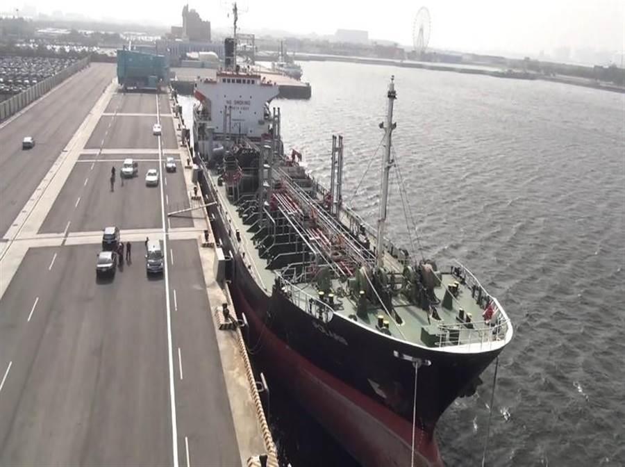 蒙古籍油輪「北斗星號」遭控賣油給北韓遭扣留在台中港,2名遭限制出境的外籍船員在住船上1年多後,終能下船由慈善團體安置。(資料照/台中地檢署提供)