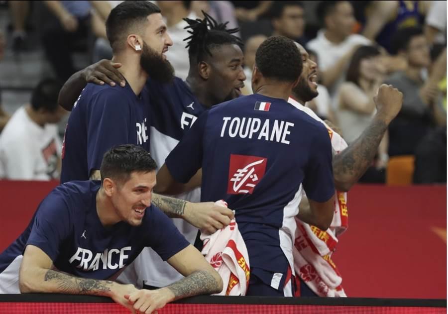 法國隊球員慶祝擊敗美國隊。(美聯社)
