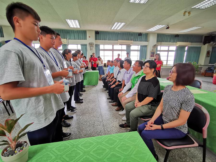 校方也舉行拜師禮讓學生奉茶給師傅,象徵尊師重道的職場倫理。(吳建輝攝)