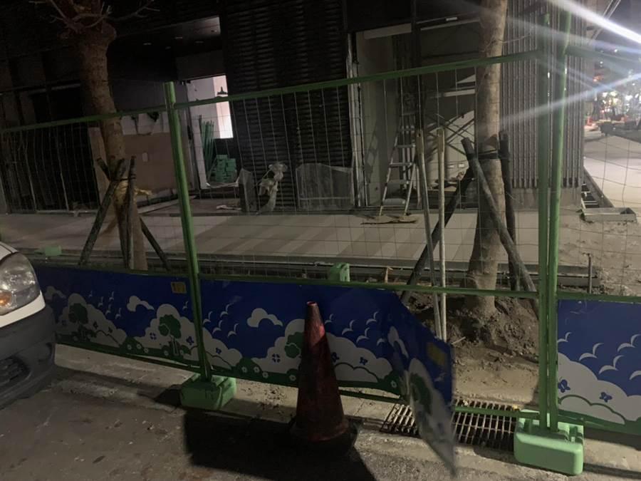 北市大龍國宅工地鐵片外露,險象環生,市長柯文哲卻稱「這只是小破洞」。(北市議員陳怡君研究室提供)