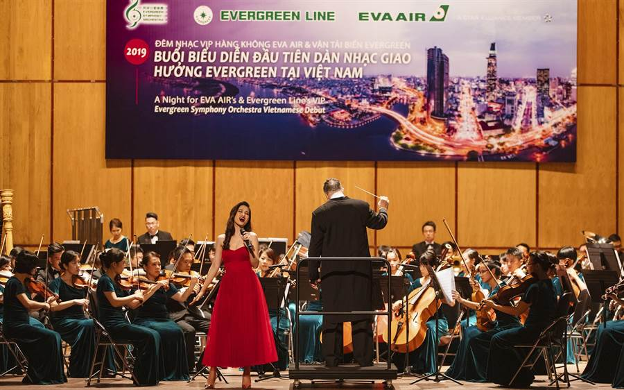 被稱為「越南蔡依林」的越南知名女歌手,同時也是長榮航空越南代言人東兒(Dong Nhi)與長榮交響樂團合作。(長榮提供/黃琮淵台北傳真)
