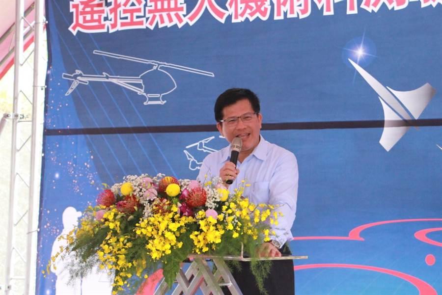 交通部長林佳龍12日抵苗栗,受訪時表示,目前以推動西部高鐵、東部快鐵方向為目標,打造環島鐵路網。(何冠嫻攝)