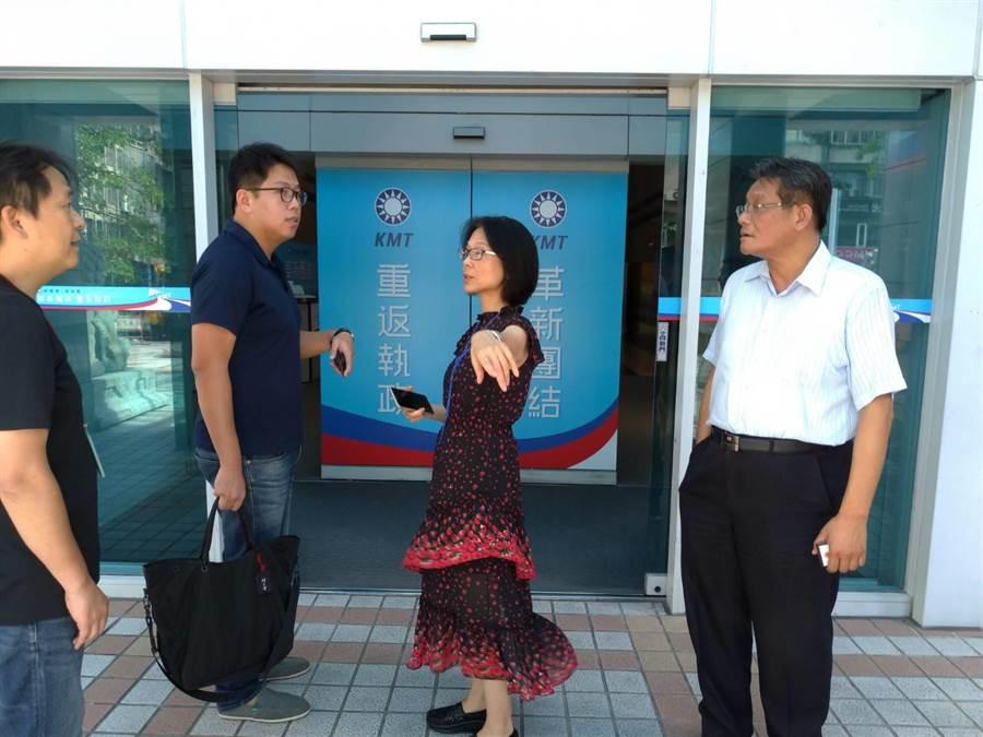 組營部主任黃原亮(右起)、文傳會主委程美華與黨工,在中央黨部門外討論蔡沁瑜受訪的地點。(黃福其/攝)