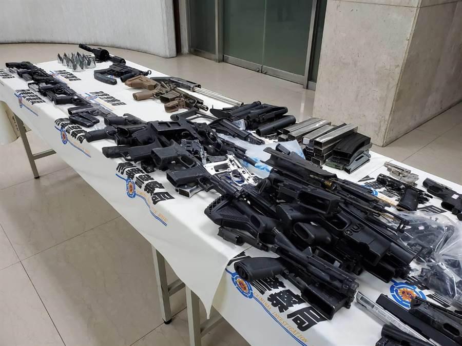 警方查扣到改造長槍2把、改造手槍5把、捷克製CZ75制式手槍1把,大批改造工具等贓證物。(林郁平攝)