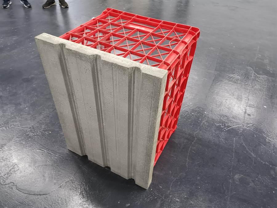 德國藝術家山繆.席格(Samuel Seger)把各式蔬果塑膠籃變成富有在地特色的雕塑作品。(劉秀芬攝)