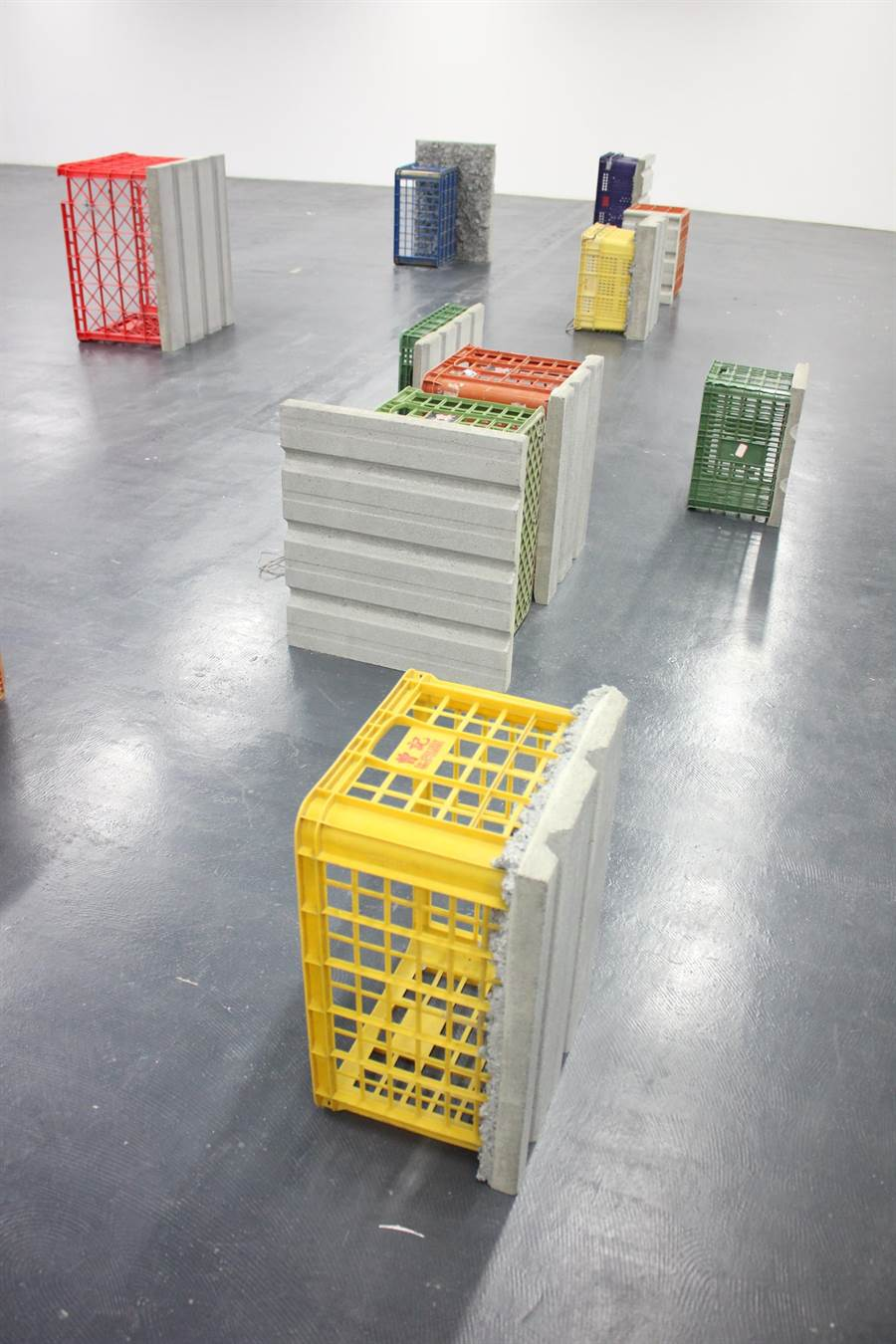 德國藝術家山繆.席格(Samuel Seger)把各式蔬果塑膠籃變成富有在地特色的雕塑作品。(文化局提供/劉秀芬台南傳真)
