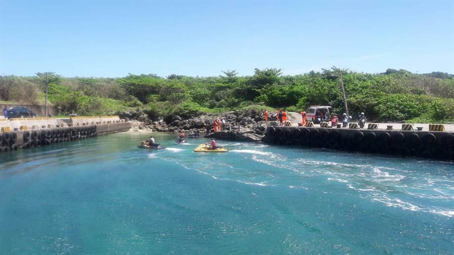墾丁船帆石12日中午傳有4名潛水客,1小時後海巡平安尋獲。(屏東消防局提供/謝佳潾傳真)