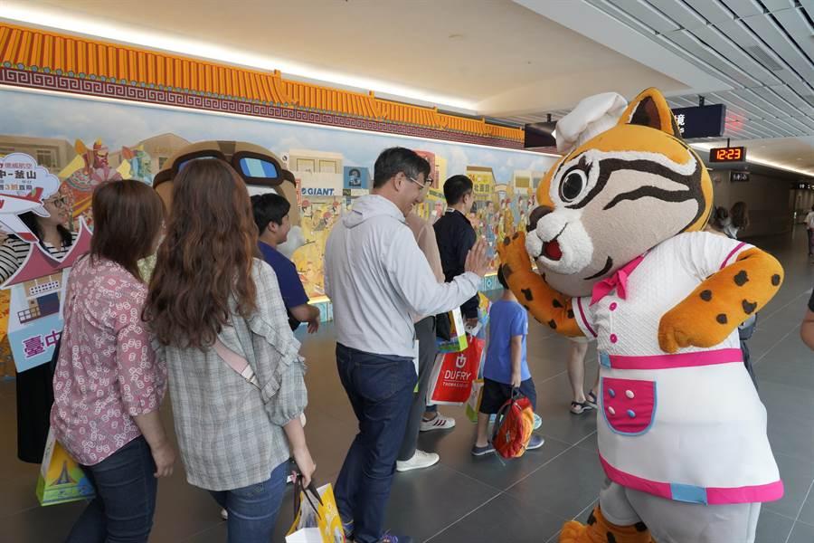 花博吉祥物石虎家族到場迎賓,歡迎180名韓國旅客到訪台中。(王文吉攝)