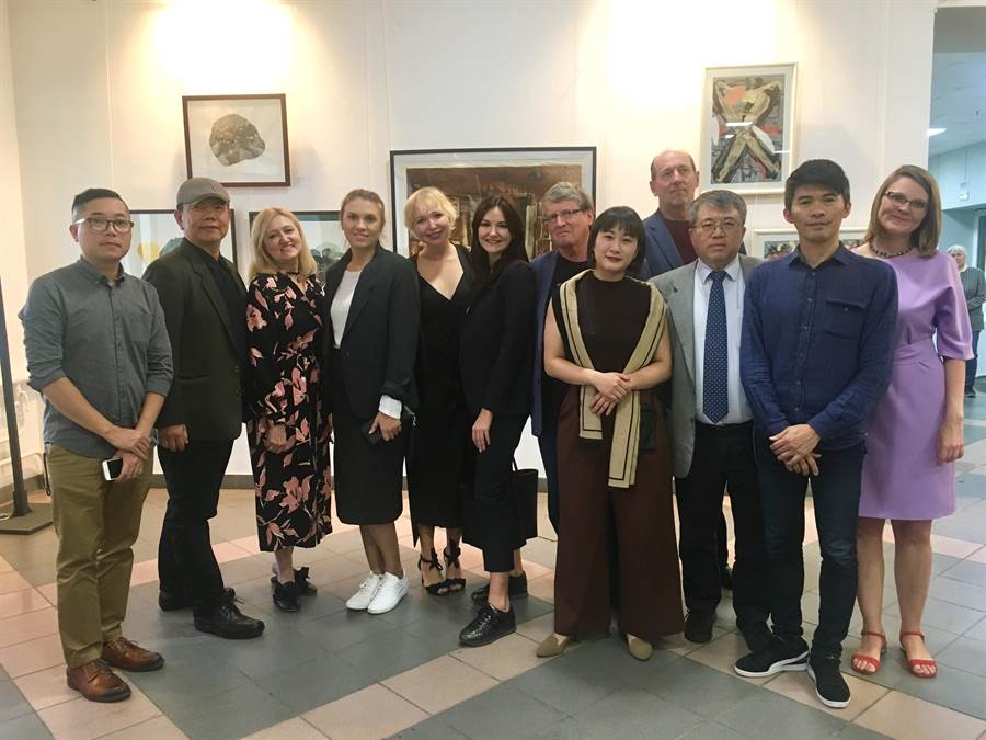 台灣版畫藝術家黃樁元(左1)、潘勁瑞(左2)、林仁信(右2)在俄羅斯與當地版畫藝術同好交流。(揚曦藝文空間提供/李怡芸台北傳真)