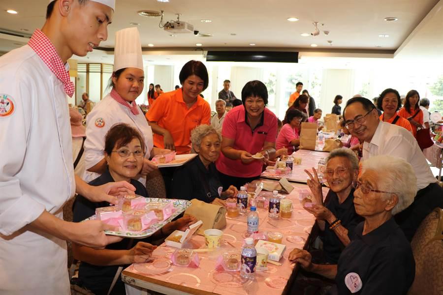 穀保家商餐飲科學生用九孔鮑做月餅,分給長輩享用。(社會局提供/葉書宏新北傳真)