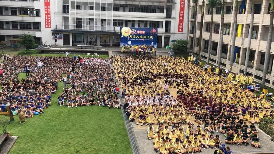 弘文中學3000名師生在校園內提前歡度中秋。(弘文中學提供/王文吉台中傳真)